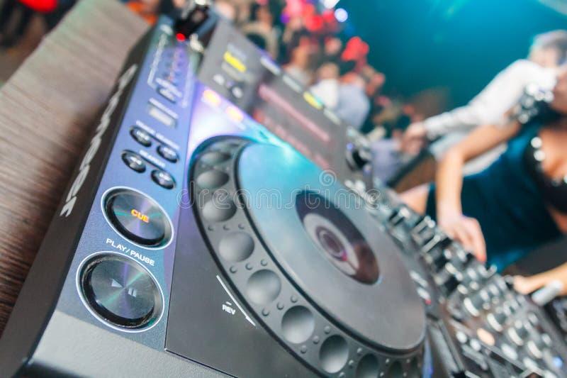 Πράσινος πρωτοπόρος εξοπλισμού του DJ για το disco στο νυχτερινό κέντρο διασκέδασης Τα ακουστικά είναι στην κονσόλα του DJ για το στοκ φωτογραφίες με δικαίωμα ελεύθερης χρήσης