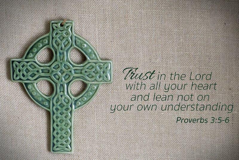 Πράσινος σταυρός burlap με την παροιμία στοκ εικόνες με δικαίωμα ελεύθερης χρήσης