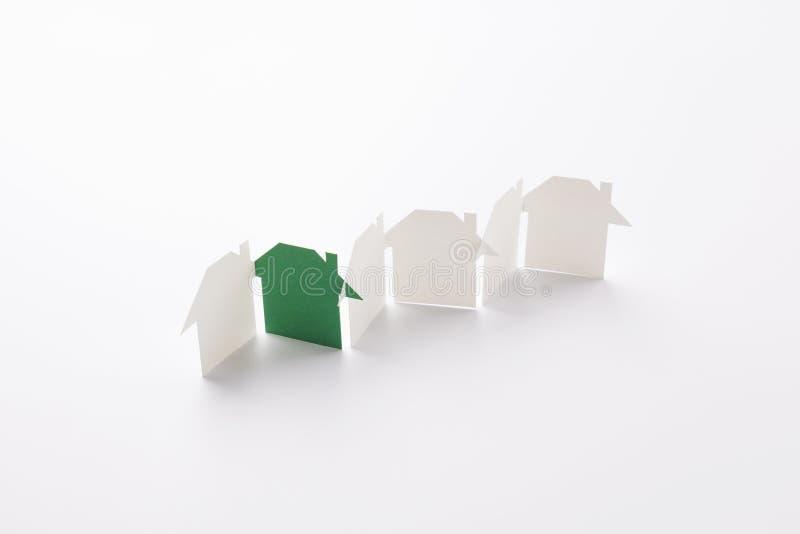 Πράσινος στη σειρά σπιτιών εγγράφου eco στοκ εικόνα
