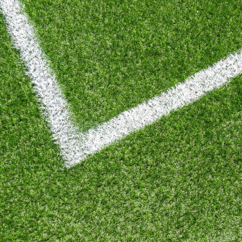 Πράσινος συνθετικός αθλητικός τομέας ποδοσφαίρου χλόης με την άσπρη γραμμή λωρίδων γωνιών στοκ εικόνες με δικαίωμα ελεύθερης χρήσης