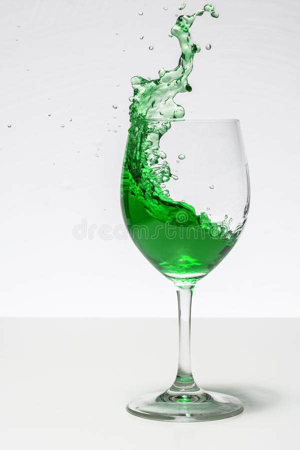 Πράσινος υγρός παφλασμός στοκ φωτογραφίες
