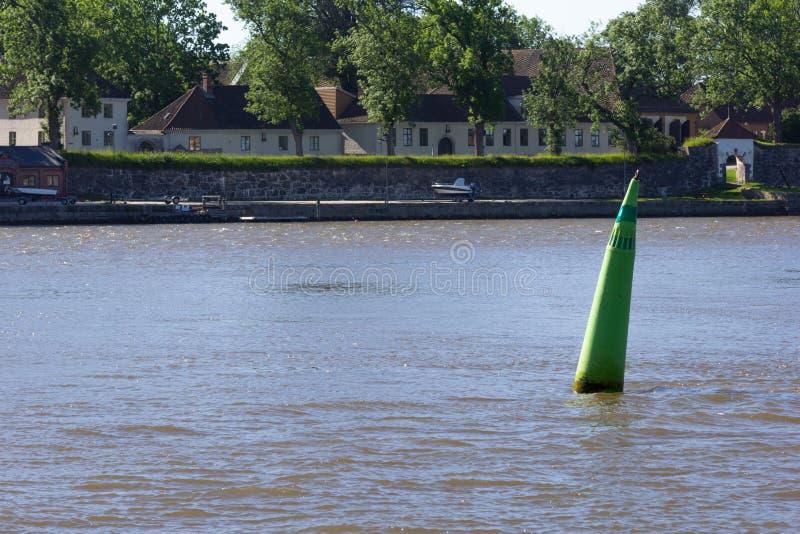 Πράσινος υψηλός σημαντήρας κάτω από το νερό για τα σκάφη και τις βάρκες στοκ εικόνες