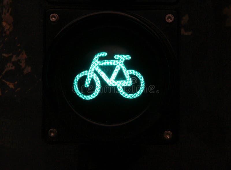 Πράσινος χρωματισμένος φωτεινός σηματοδότης με το σημάδι ποδηλάτων για τους ποδηλάτες κοντά επάνω στοκ εικόνες με δικαίωμα ελεύθερης χρήσης