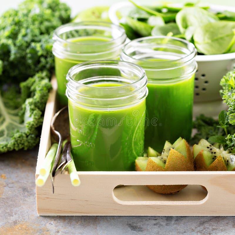 Πράσινος χυμός στα βάζα κτιστών στοκ φωτογραφία