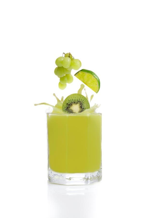 Πράσινος χυμός φρούτων από τα ακτινίδια, τον ασβέστη και τα σταφύλια στοκ φωτογραφίες με δικαίωμα ελεύθερης χρήσης