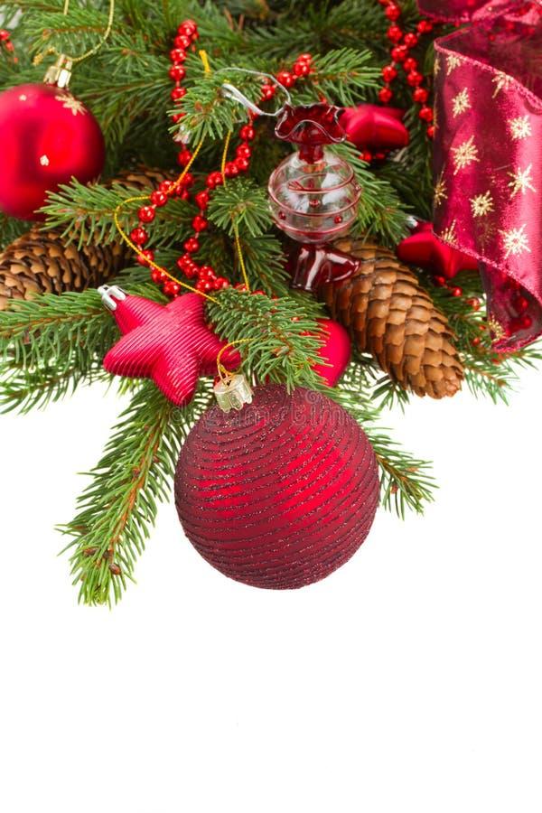 Πράσινο δέντρο έλατου και κόκκινος επάνω σφαιρών Χριστουγέννων στενός στοκ εικόνα με δικαίωμα ελεύθερης χρήσης