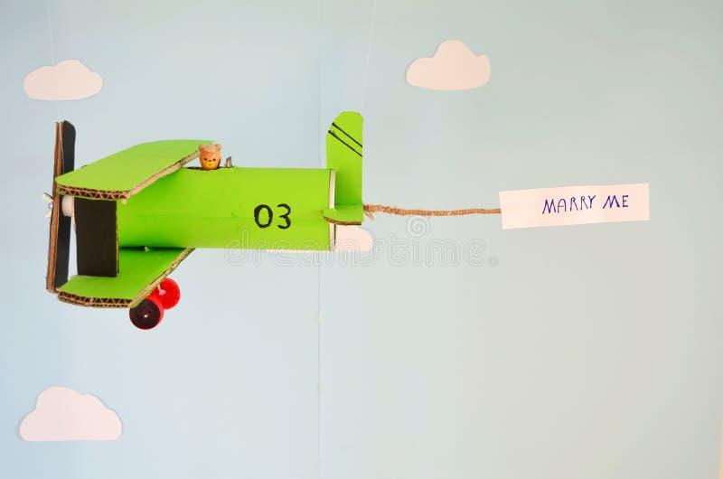 Πράσινο αεροπλάνο φιαγμένο από χαρτόνι στοκ εικόνες