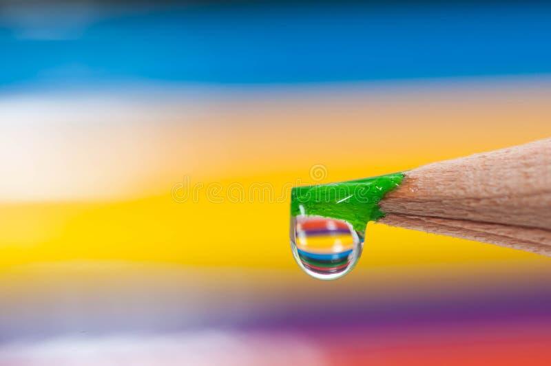 Πράσινο αιχμηρό μολύβι χρώματος στην εστίαση, waterdrop σε το στοκ εικόνες με δικαίωμα ελεύθερης χρήσης