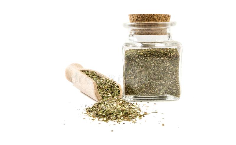 Πράσινο αλμυρό μίγμα ή Chubritsa στην ξύλινη σέσουλα και βάζο απομονωμένος στο άσπρο υπόβαθρο r καρυκεύματα και συστατικά τροφίμω στοκ φωτογραφία