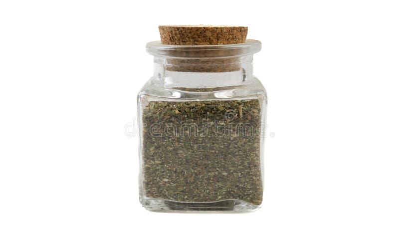 Πράσινο αλμυρό μίγμα ή Chubritsa στο βάζο γυαλιού απομονωμένος στο άσπρο υπόβαθρο r καρυκεύματα και συστατικά τροφίμων στοκ φωτογραφία