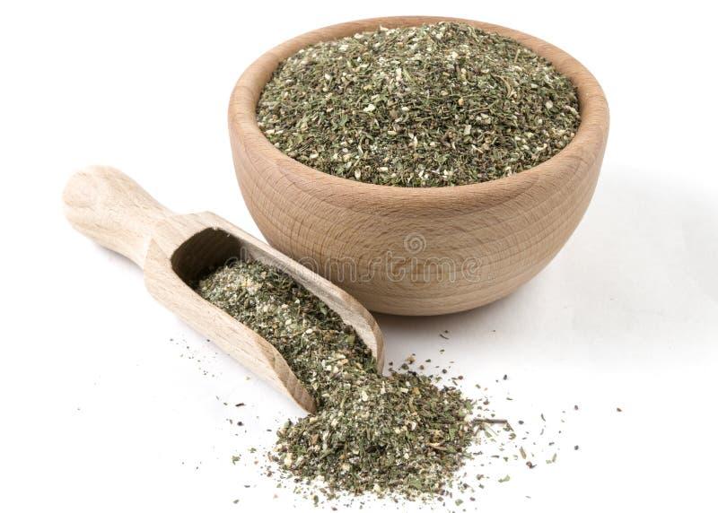 Πράσινο αλμυρό μίγμα ή Chubritsa στο ξύλινο κύπελλο και σέσουλα που απομονώνεται στο άσπρο υπόβαθρο Καρυκεύματα και συστατικά τρο στοκ εικόνες