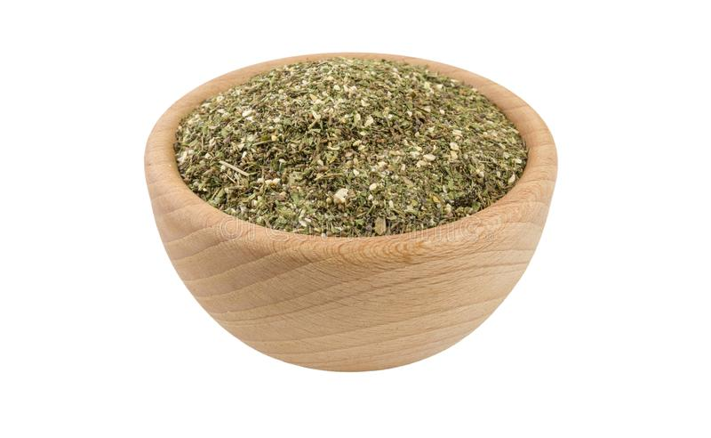 Πράσινο αλμυρό μίγμα ή Chubritsa στο ξύλινο κύπελλο που απομονώνεται στο άσπρο υπόβαθρο άποψη 45 βαθμού Καρυκεύματα και συστατικά στοκ φωτογραφία με δικαίωμα ελεύθερης χρήσης
