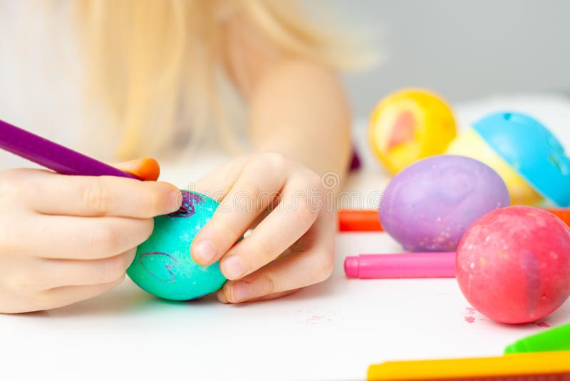 Πράσινο αυγό, ζωηρόχρωμοι δείκτες σχέδιο καρδιών, στο αυγό Η ευτυχής οικογένεια προετοιμάζεται για τα αυγά Πάσχας και ζωγραφικής στοκ εικόνες με δικαίωμα ελεύθερης χρήσης