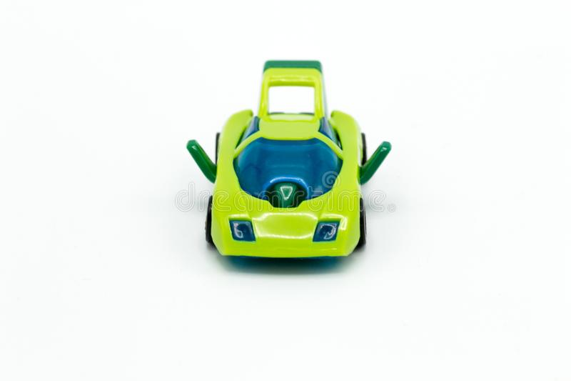 Πράσινο αυτοκίνητο παιχνιδιών στο λευκό πίνακα στοκ φωτογραφίες