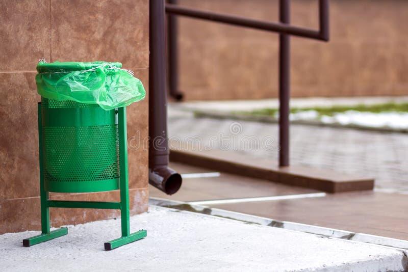 Πράσινο δοχείο gerbage μετάλλων για τα σκουπίδια Δημόσιο υπόβαθρο δοχείων απορριμμάτων Λεπτομέρεια της υπαίθριας υποδομής στοκ φωτογραφίες με δικαίωμα ελεύθερης χρήσης