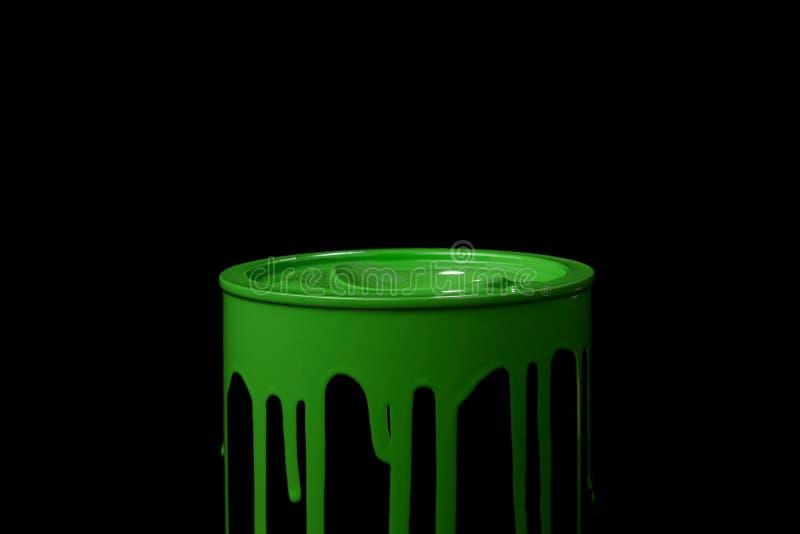 Πράσινο ελαιόχρωμα που ρέει πέρα από τον τοίχο του κάδου μετάλλων Απομονωμένος πέρα από το μαύρο υπόβαθρο ελεύθερη απεικόνιση δικαιώματος