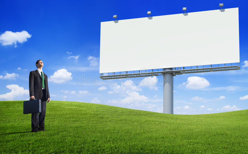 Πράσινο επιχειρησιακό άτομο έννοιας και ένας κενός πίνακας διαφημίσεων στοκ φωτογραφίες με δικαίωμα ελεύθερης χρήσης
