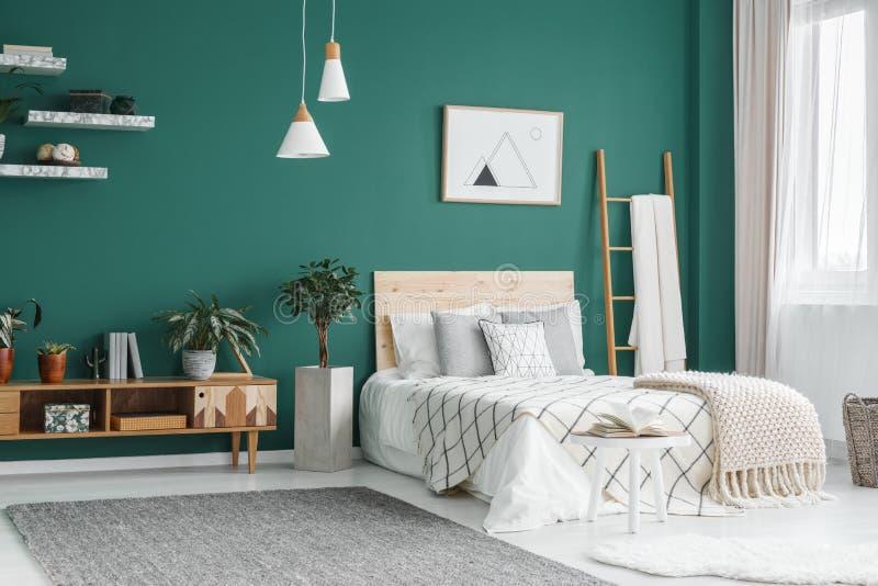 Πράσινο εσωτερικό κρεβατοκάμαρων boho στοκ εικόνα με δικαίωμα ελεύθερης χρήσης