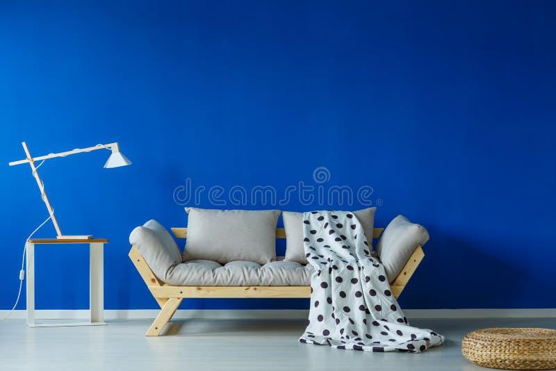 Πράσινο κάλυμμα που βρίσκεται στον καναπέ στοκ φωτογραφία