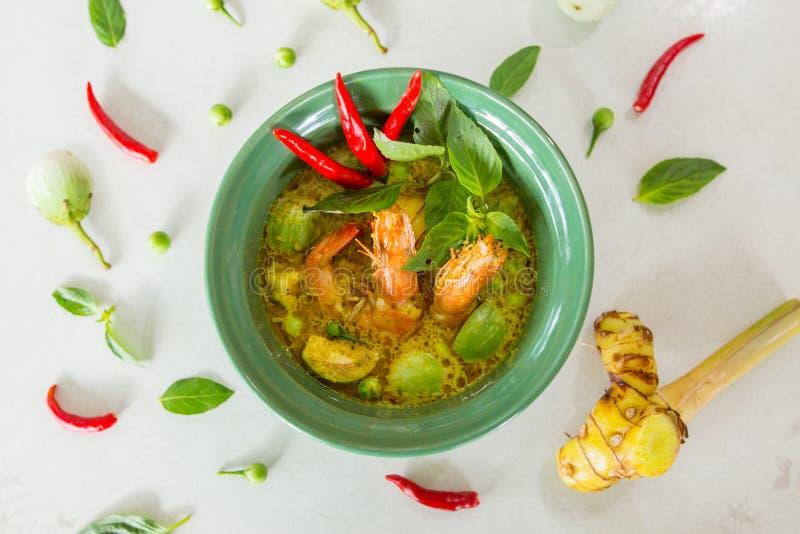 Πράσινο κάρρυ ταϊλανδικό τροφίμων τσίλι μελιτζάνας βασιλικού θυμαριού γαρίδων Galangal φλυτζάνι πιάτων γάλακτος φυλών λόφων πετρε στοκ εικόνες