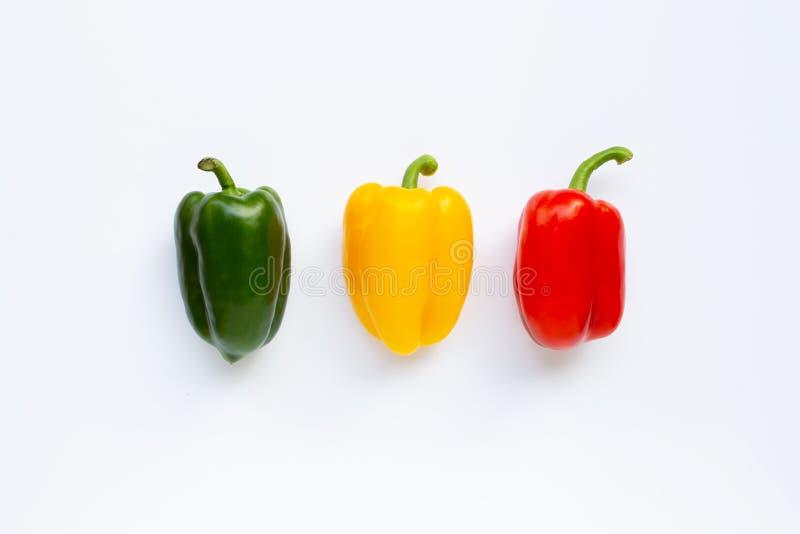 Πράσινο, κίτρινο και κόκκινο φρέσκο πιπέρι κουδουνιών στο λευκό στοκ εικόνα με δικαίωμα ελεύθερης χρήσης