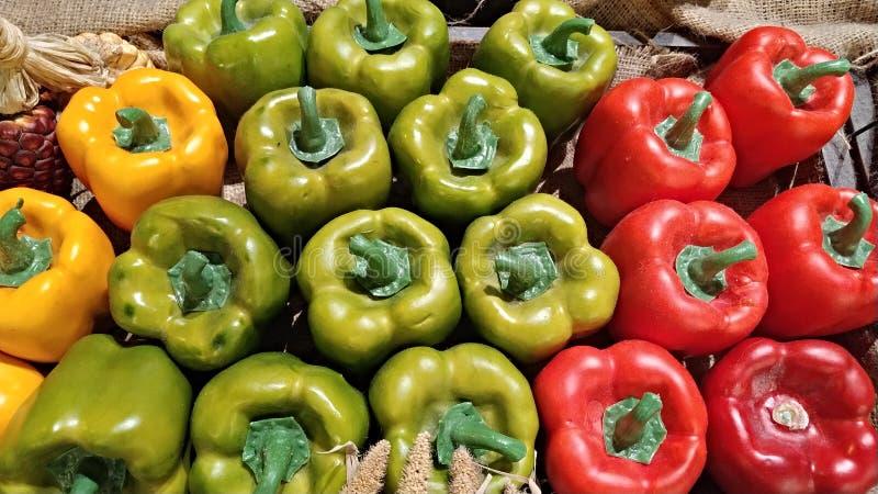 Πράσινο, κίτρινο, κόκκινο κουδούνι peper και κίτρινος στην αγορά στοκ εικόνες