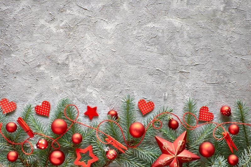 Πράσινο και κόκκινο υπόβαθρο Cristmas με τους κλαδίσκους, τις καρδιές και Chr έλατου στοκ εικόνες