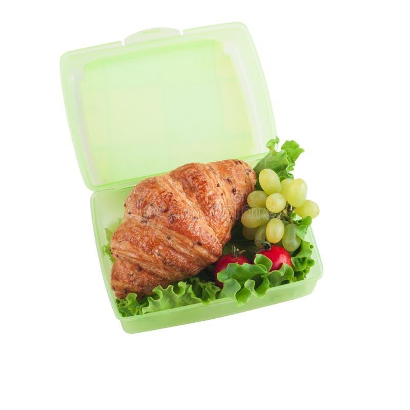 Πράσινο καλαθάκι με φαγητό με croissant, σαλάτα στοκ φωτογραφίες με δικαίωμα ελεύθερης χρήσης