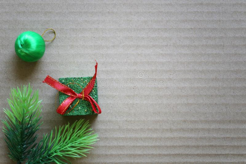 Πράσινο κιβώτιο δώρων σε καφετί σκληρό χαρτί για την έννοια Χριστουγέννων με το διάστημα αντιγράφων στοκ φωτογραφία με δικαίωμα ελεύθερης χρήσης