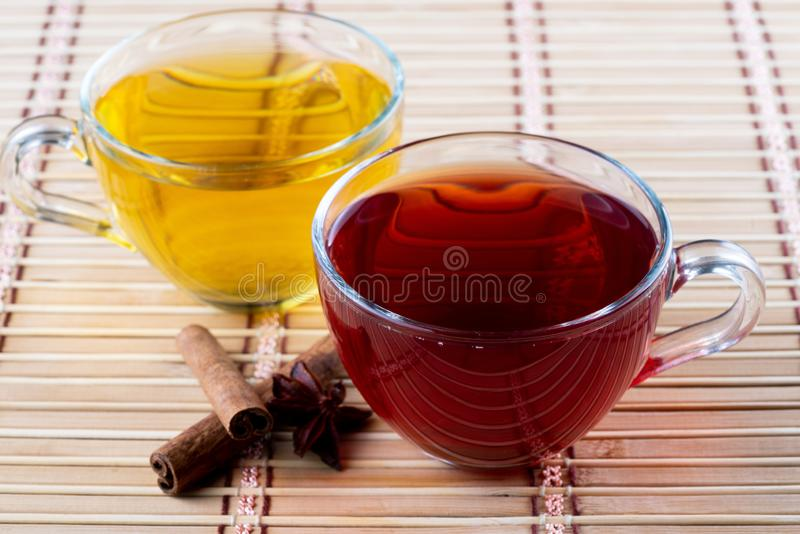 Πράσινο κόκκινο τσάι τελών στοκ εικόνα