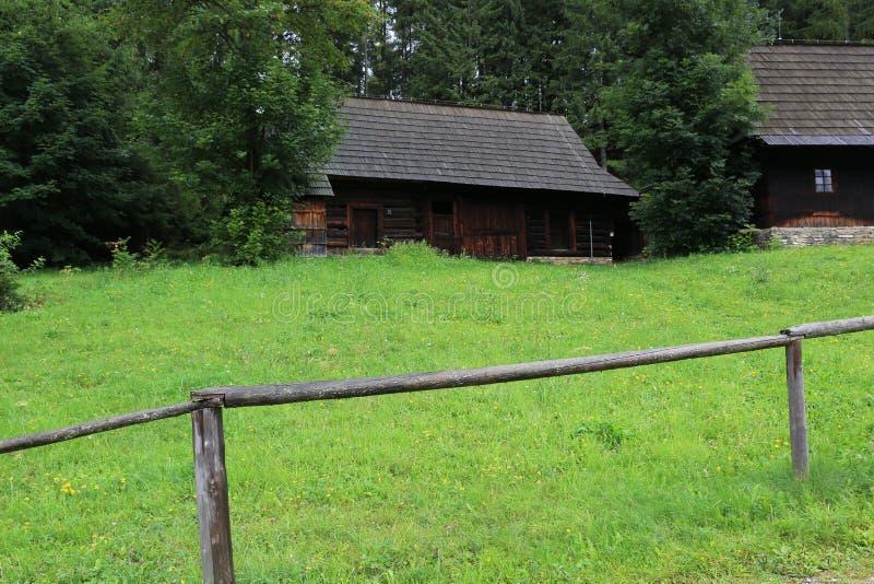 πράσινο λιβάδι φραγών ξύλιν&omic στοκ φωτογραφία με δικαίωμα ελεύθερης χρήσης