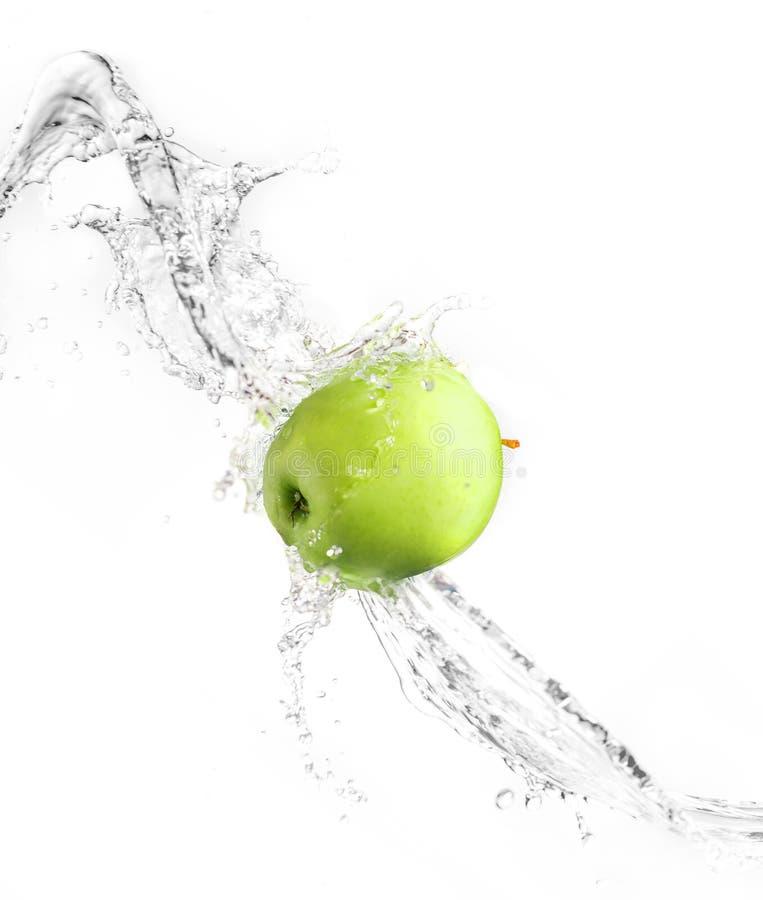 Πράσινο μήλο με τον παφλασμό νερού, που απομονώνεται στοκ εικόνες