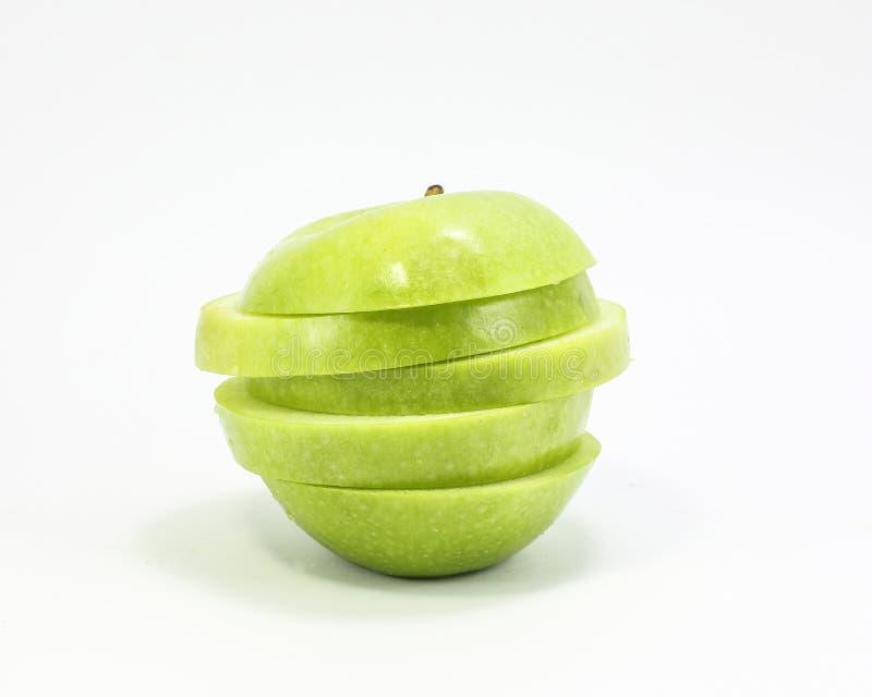 Πράσινο μήλο που τεμαχίζεται που συσσωρεύεται στοκ φωτογραφίες