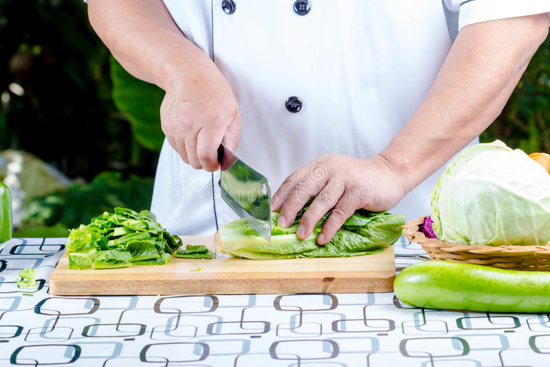 Πράσινο μαρούλι στον ξύλινο πίνακα στοκ εικόνα με δικαίωμα ελεύθερης χρήσης