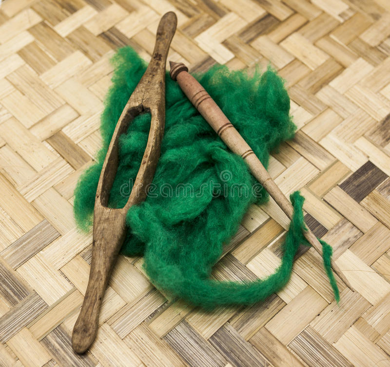 Πράσινο μαλλί και παλαιά κινηματογράφηση σε πρώτο πλάνο αξόνων στο ξύλινο υπόβαθρο Εργαλεία για το πλέξιμο του μαλλιού στοκ φωτογραφίες