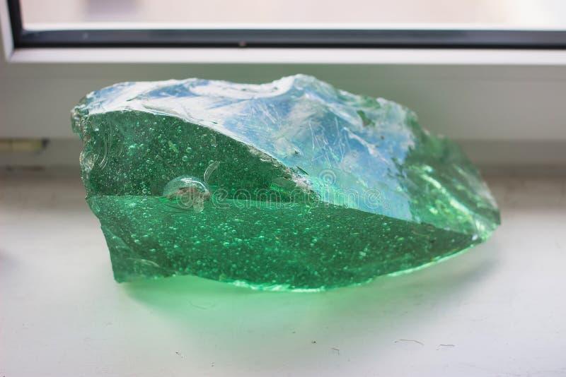 πράσινο μετάλλευμα κρυστάλλου στον πίνακα στοκ φωτογραφίες με δικαίωμα ελεύθερης χρήσης