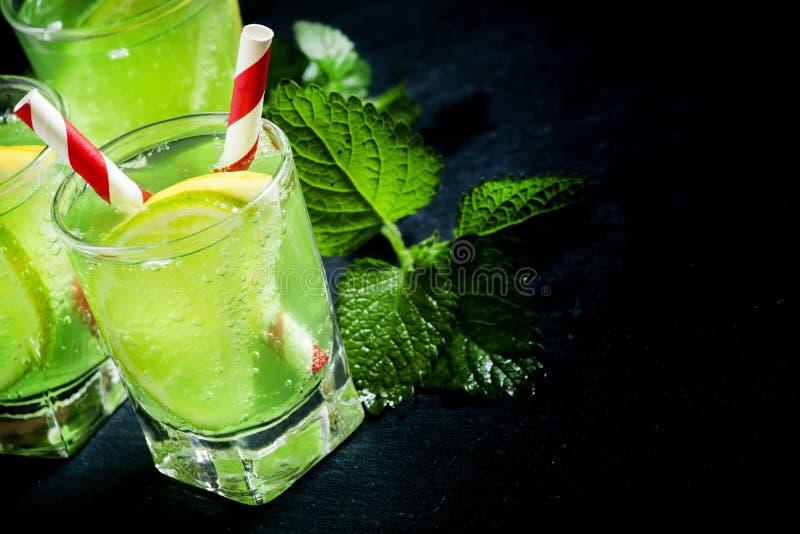 Πράσινο μη αλκοολούχο ποτό με το λεμόνι και τον ασβέστη, εκλεκτική εστίαση στοκ εικόνες