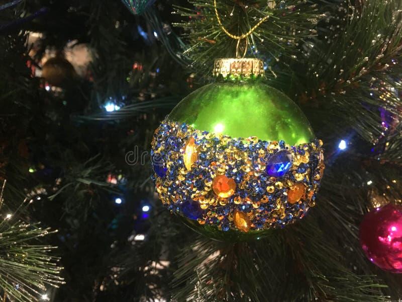 Πράσινο μπιχλιμπίδι χριστουγεννιάτικων δέντρων που εξωραΐζεται με ηλέκτρινοι μπλε και χρυσός στοκ εικόνες