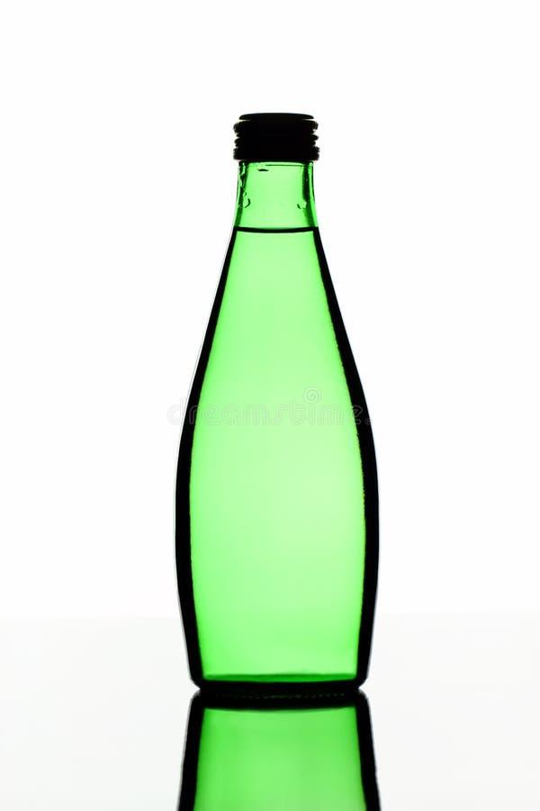 Πράσινο μπουκάλι νερό γυαλιού σε ένα άσπρο υπόβαθρο στοκ εικόνες με δικαίωμα ελεύθερης χρήσης