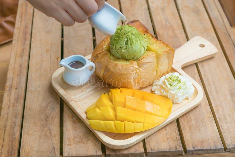 Πράσινο παγωτό τσαγιού φρυγανιάς μελιού με το ώριμο μάγκο barracuda και wh στοκ φωτογραφίες με δικαίωμα ελεύθερης χρήσης