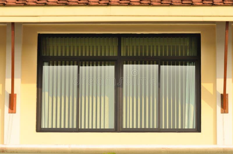 Πράσινο παράθυρο γυαλιού με τους πράσινους τυφλούς στοκ εικόνα με δικαίωμα ελεύθερης χρήσης