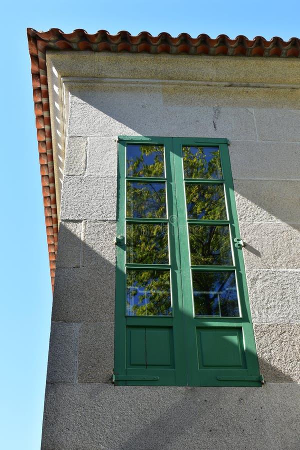 Πράσινο παράθυρο με την αντανάκλαση δέντρων Ηλιόλουστη ημέρα, μπλε ουρανός Γαλικία pontevedra Ισπανία στοκ εικόνες