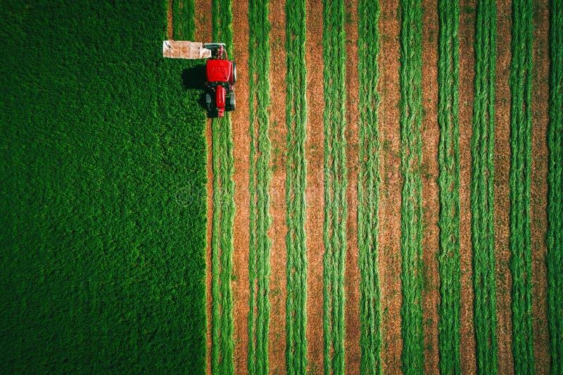 Πράσινο πεδίο έλξης ελκυστήρα, αεροφωτογραφία στοκ εικόνες