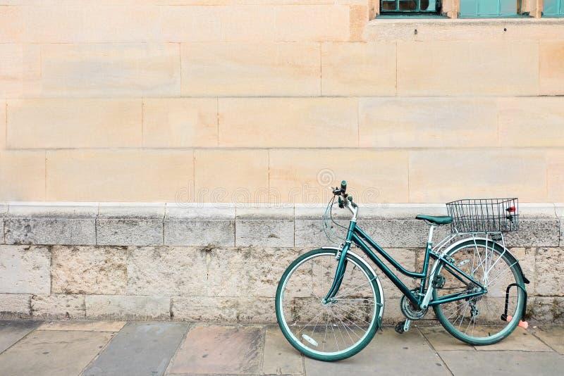 Πράσινο ποδήλατο που σταθμεύουν, άπαχο κρέας στον παλαιό τοίχο grunge τούβλου συγκεκριμένο και παράθυρο εκλεκτής ποιότητας χρώμα, στοκ εικόνες