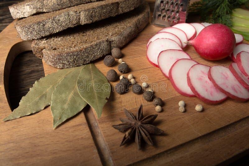 Πράσινο ραδίκι, κόκκινο ραδίκι κήπων και κομμάτια του ψωμιού σίκαλης στοκ εικόνα με δικαίωμα ελεύθερης χρήσης