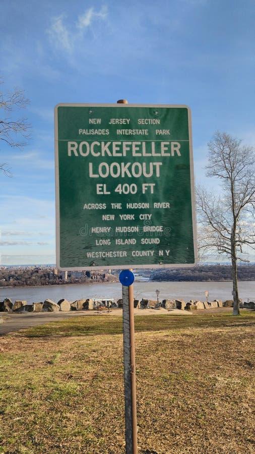 Πράσινο σημάδι για την επιφυλακή Rockefeller στοκ φωτογραφία με δικαίωμα ελεύθερης χρήσης