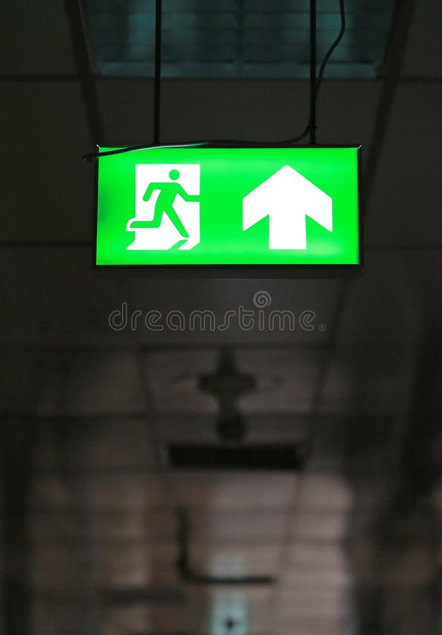 Πράσινο σημάδι εξόδων κινδύνου που χτίζει δημόσια στοκ φωτογραφία με δικαίωμα ελεύθερης χρήσης