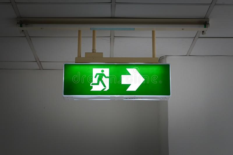 πράσινο σημάδι εξόδων κινδύν στοκ εικόνες