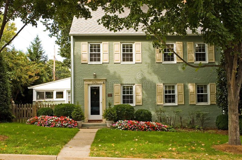 πράσινο σπίτι τούβλου στοκ εικόνες