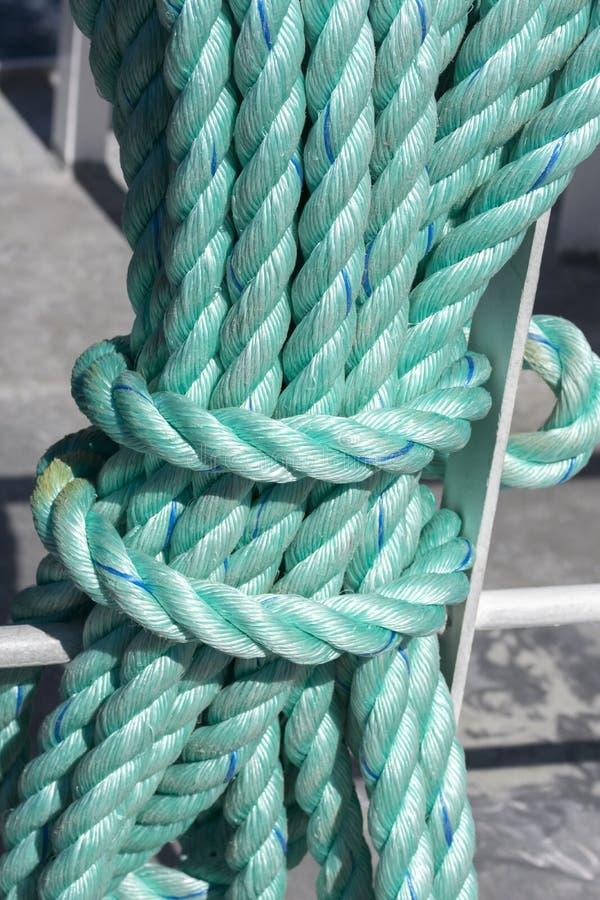 Πράσινο σχοινί σε μια βάρκα κατά τη διάρκεια της προσοχής φαλαινών σε Andenes στοκ φωτογραφίες